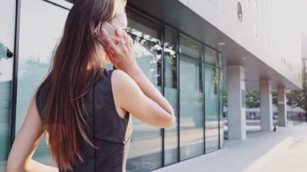 Atraktivní obchodní žena chůze v městě