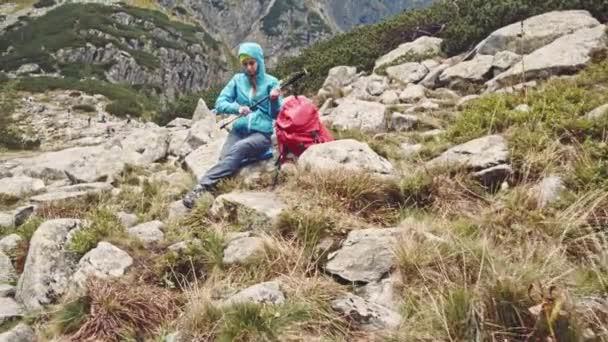 žena turistika s batohem v horách
