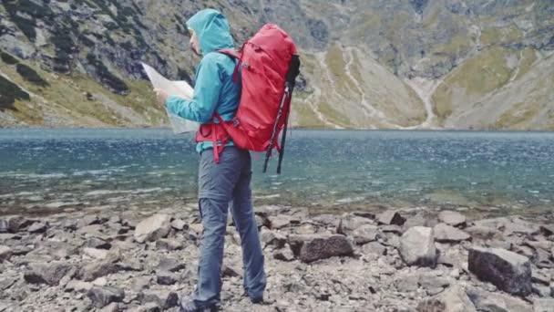 Tramp žena pomocí mapy v mountain
