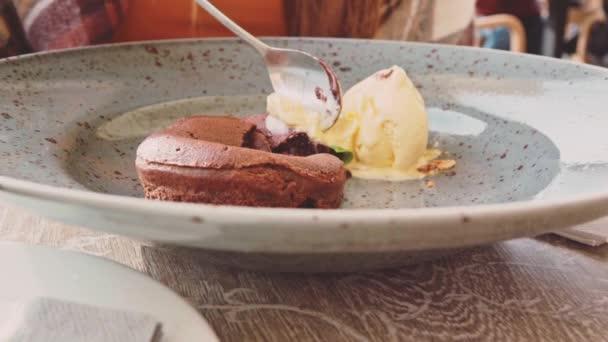 žena jíst čokoládový dort v kavárně