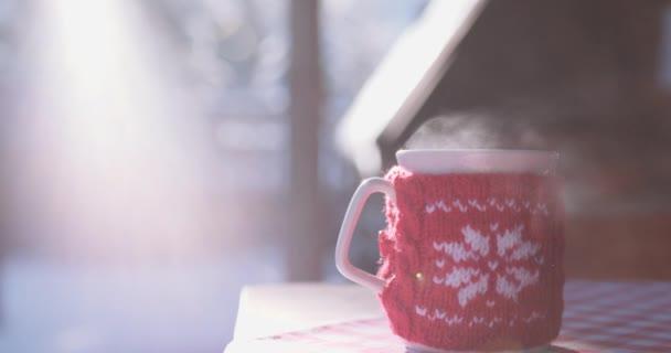 Šálek horké nápoje v zimě
