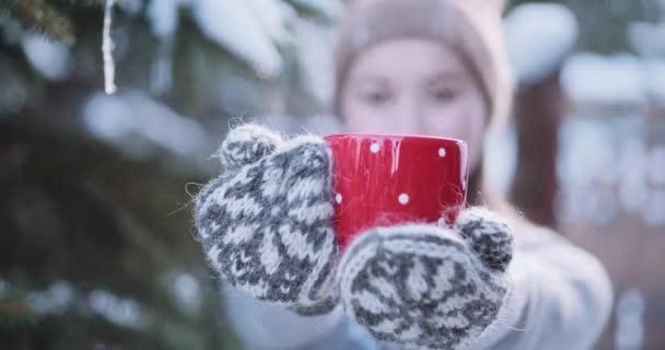 Žena nabízí horký čaj na zimu