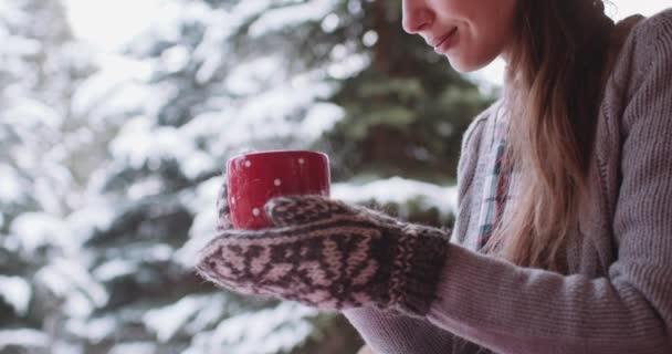 Fiatal nő iszik forró teát