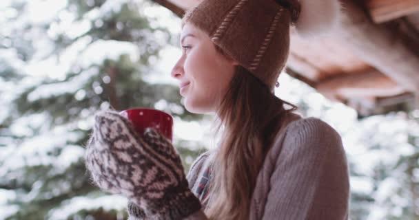 Nő a gazdaság csésze teát, a téli