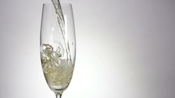 Šampaňské je lití v klasické sklo