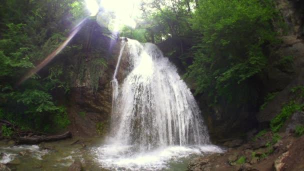 nádherný vodopád v horách