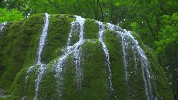 gyönyörű vízesés a hegyekben