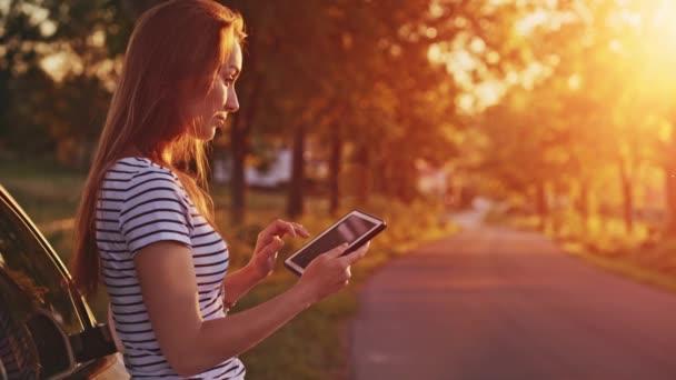 žena pomocí digitálních tablet