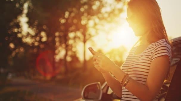 nő használ digitális smartphone