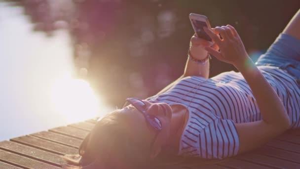 žena pomocí smartphone venku