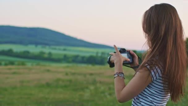 donna che usando la macchina fotografica digitale