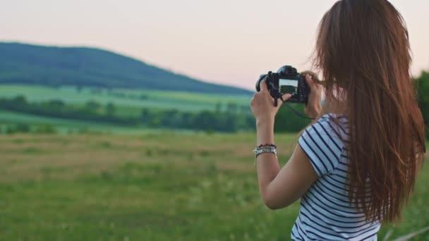 nő használ digitális fényképezőgép