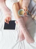 Nő tabletta segítségével otthoni légkör