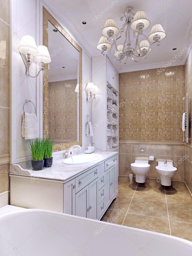 Helles Badezimmer Klassischer Stil. Bezauberndes Geräumiges Badezimmer Mit  Einem Großen Spiegel. Weiße Badezimmer Möbel Und Mosaik Wand Fliesen Beige  Farbe.