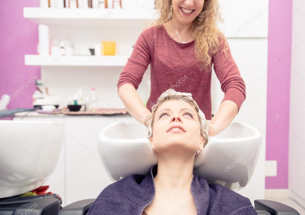 Salon de coiffure faisant shampooing photographie oneinchpunch 106767978 - Salon de coiffure shampoo ...
