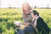 Usměvavá dáma volný čas se svým psem