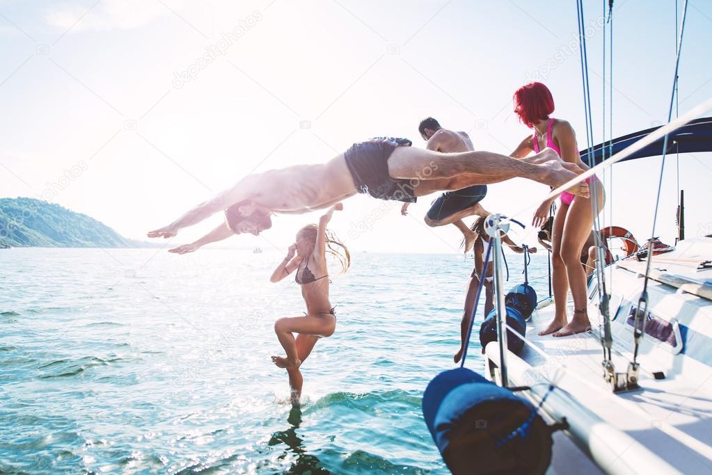 Amici immersioni in acqua durante l'escursione in barca