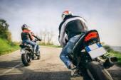 Fotografie Dva motocykly jízdy v přírodě