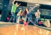 přátelé na bowlingu