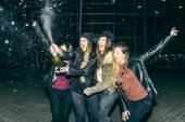 Holky, párty a uncorking láhev šampaňského