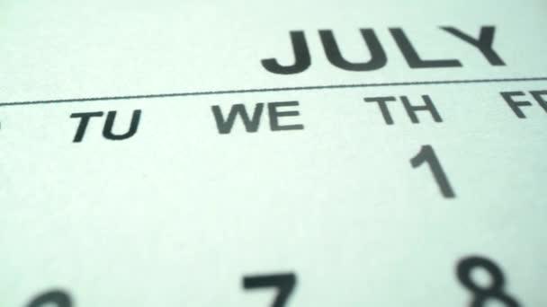 Július 4. Függetlenség napja az Amerikai Egyesült Államokban. Naptár 2021 makrofelvételen. Július első hetének lassú panorámája. Férfi jelölés filctollal nagyon fontos dátum az USA számára