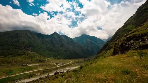 V letním dni v Kavkaze vypršel čas. Modrá obloha s mnoha plovoucími mraky. Řeka na dně údolí