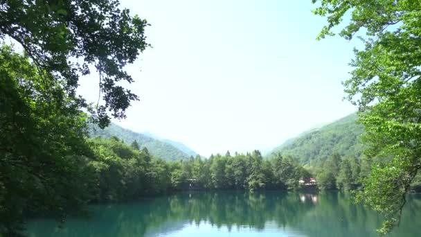 Venkovské jezero vody za úsvitu ráno. Výhled na jezero při východu slunce. Lesní jezero za úsvitu. Rybník obklopený horami. Panorama. Čistá voda. Panorama. Čistá voda.