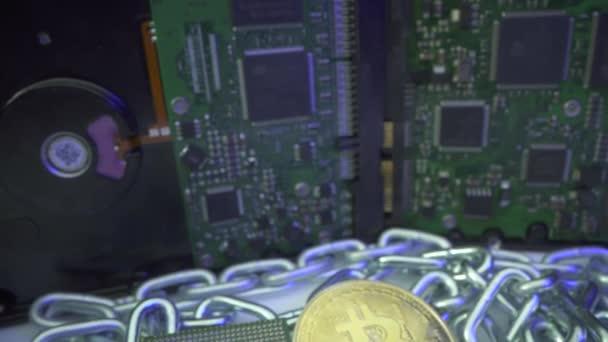 Bitcoin steigt im PreiGold Bitcoin und CPU liegt mit Silberkette als Blockchain-Technologie. Festplatte im Hintergrund. Bergbaukonzept.