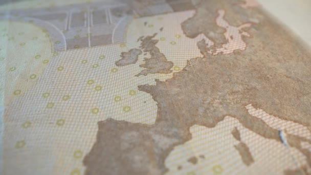 Eurobankovka v makro záběru. Mapa Evropy na plakátu. Stopy vody. Hotovost. Silná měna.