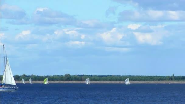 Krásné bílé plachetnice na řece. Regata. Plachtění. Vodu. Časová prodleva
