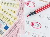 Fotografia Chiuda i biglietti della lotteria Thai e Thai calendari