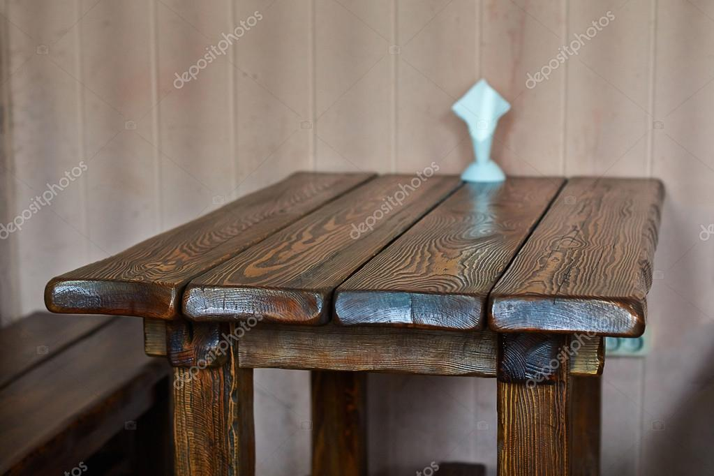 Oude houten tafel in een klein café u stockfoto alexandersidyako
