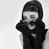 krásná mladá žena v retro stylu. Kopírovat prostor