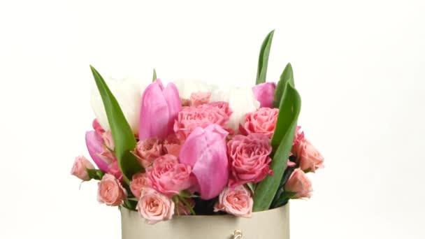 Horní části kytici květin s růžemi a tulipány, na bílé, rotace