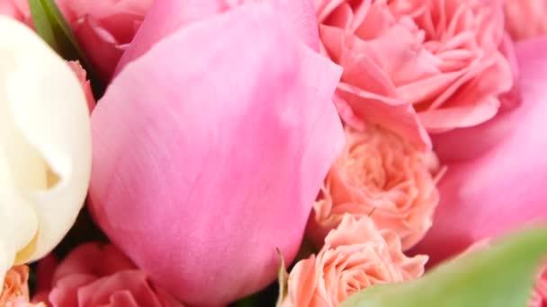 Krásnou kytici květin s růžemi a tulipány, na bílé, otáčení, zblízka