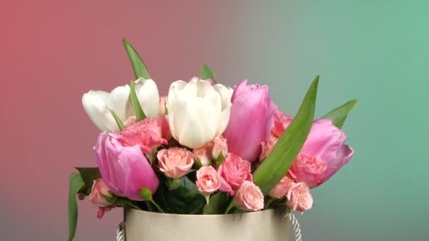 Horní části kytici květin s růžemi a tulipány, na červené, zelené, rotace