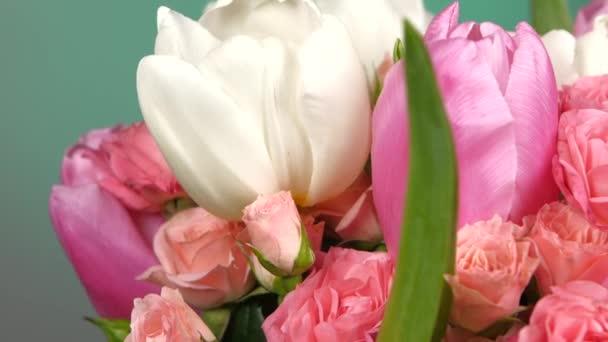 Straně kytici květin s růže, tulipány, na červené a zelené, otáčení, zblízka