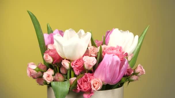 Horní části kytici květin s růžemi a tulipány, na žluté, rotace