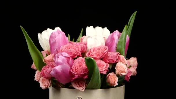 Krásnou kytici květin s růžemi a tulipány, na černé, rotace