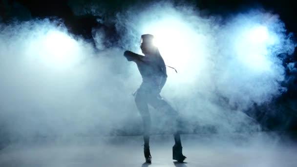 Pokračovat tanec krásné sexy dívky v šatech erotické černé barvy, kouř