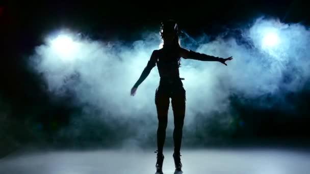 Szép szexi lány erotikus fekete színű ruhákat, füst, lassú tánc