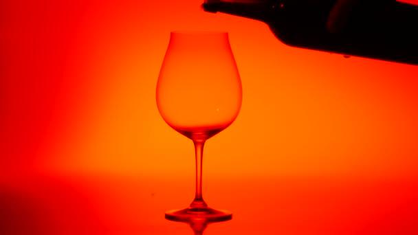 Nalil do sklenice červeného vína, červené