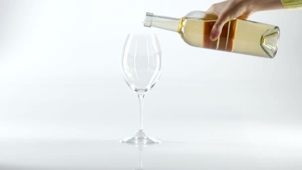 Bílé víno nalil do sklenice, bílá