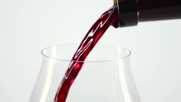 Özönlenek a bor az üveg, fehér, slowmotion, Vértes vörösbor