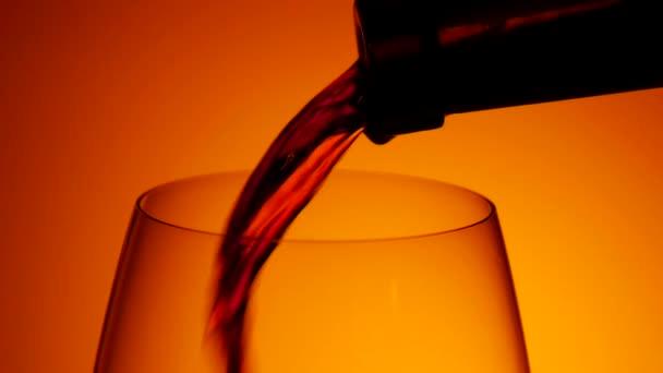 Ömlött a bor a pohárba, sötét, slowmotion, Vértes