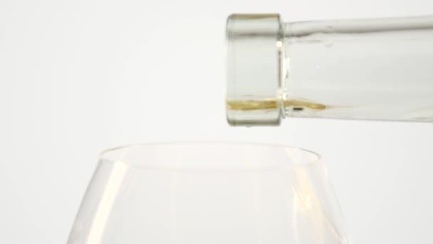 Bílé víno, nalil do sklenice z láhve, bílá, closeup, slowmotion