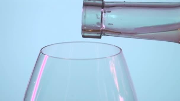 Nalil bílé víno, šedá, slowmotion, detail