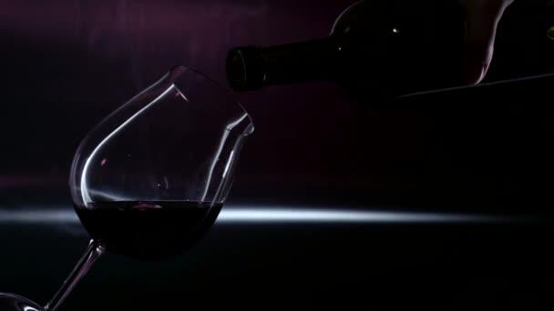Červené víno použít na sklo, černý, podsvícení, closeup, slowmotion