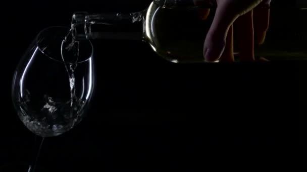 Bílé víno se nalije do sklenice na víno, silueta, černá, slowmotion