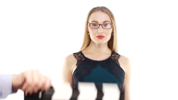 Mladá žena začíná úvodní zprávy, než bude Rada klapky
